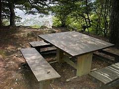 物見岩頂上横には休憩用ベンチがあります