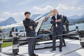 """Hu Huazhi und Robert Machtlinger mit dem """"Ehang Airtaxi"""" am Wolfgangsee / Quelle: © scalaria"""