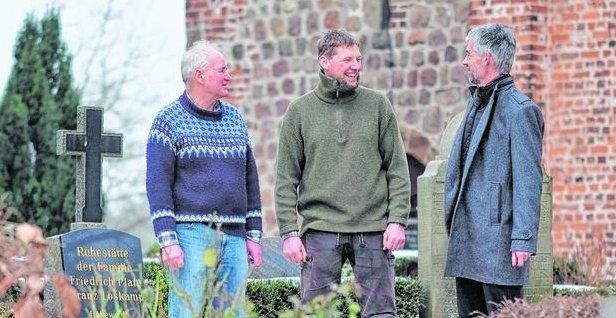 Foto: Andreas Hetebrink (M.) hat die Aufgabe von seinem Onkel Jürgen Hetebrink (l.) übernommen. Die beiden stehen hier mit Pastor Stephan Meyer-Schürg vor der St. Laurentius-Kirche.
