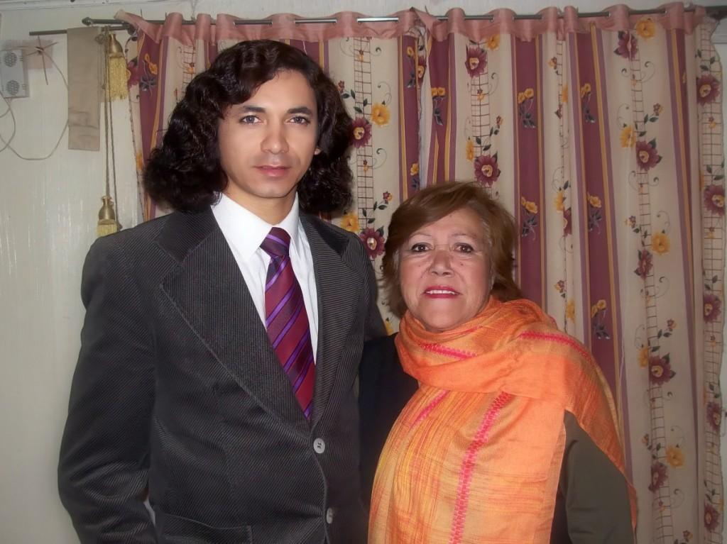 Aqui estoy con Katia Elena Muñoz Mondaca, ella es mi tía sin embargo desde los 7 años me brindo todo su calor y cariño de madre ya que fue quien me crió, hasta el día de hoy me habla como si fuera un niño, pero a pesar de todo le agradezco a cada segundo