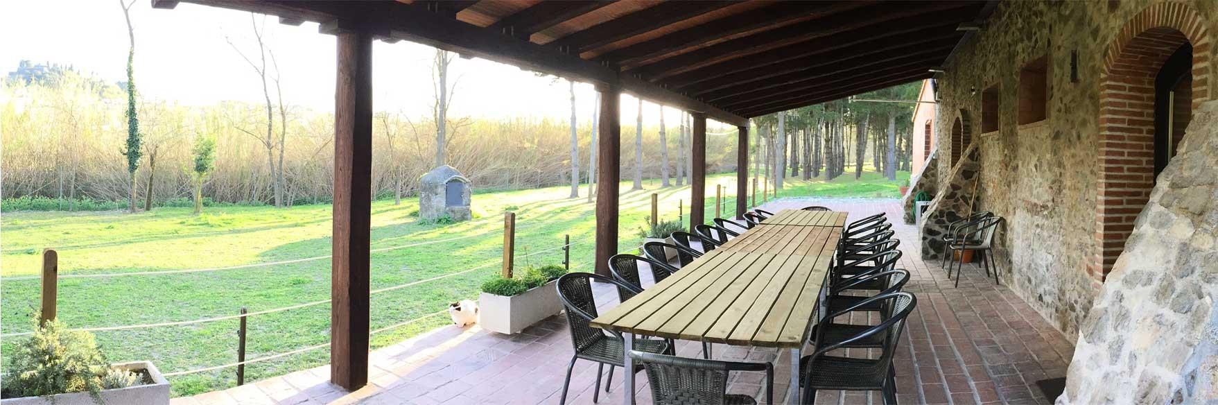 Desde el porche: la calma del lugar y las vistas al castillo de Hostalric