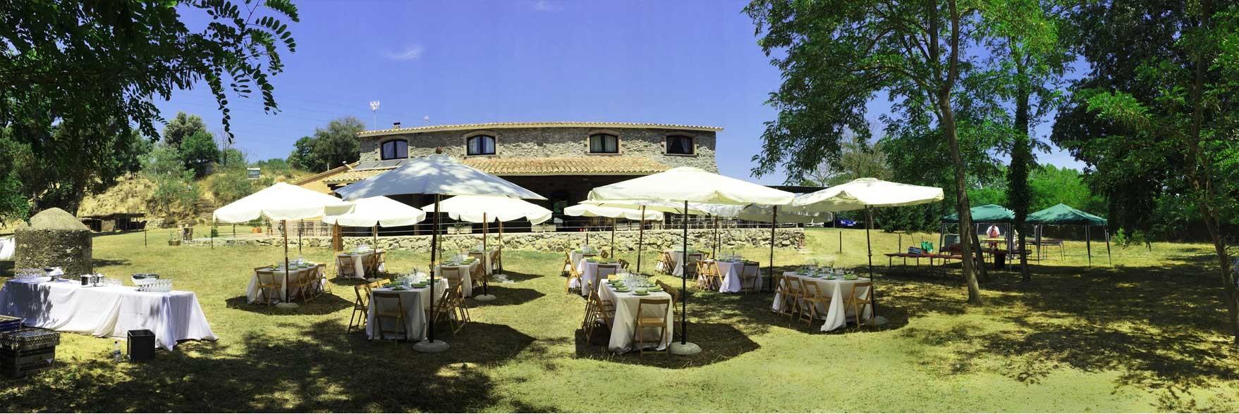 Las mesas y detrás la Casa de Piedra