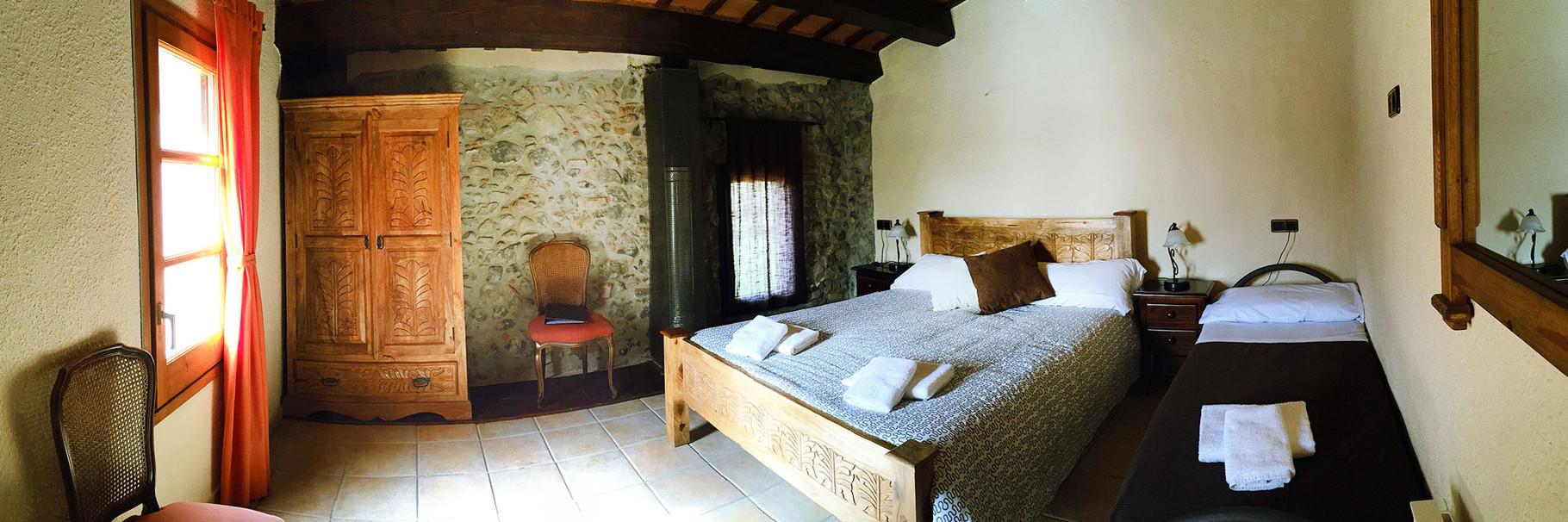 Cálida habitación con cama matrimonio y cama individual
