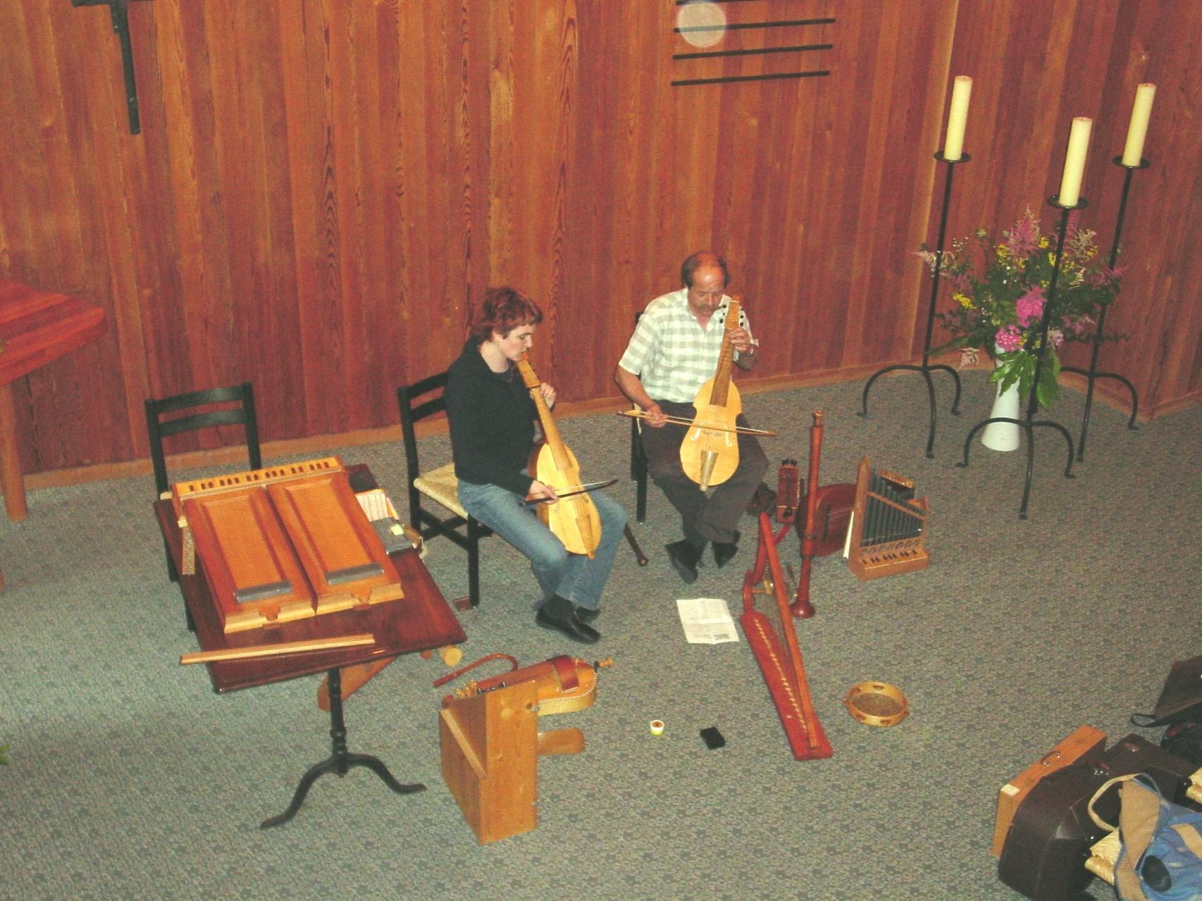 2002  Franziska und Siegfried Jud mit historischen Instrumenten