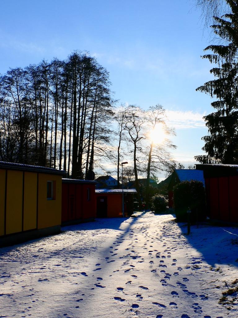 Eingang ins winterliche Feriendorf