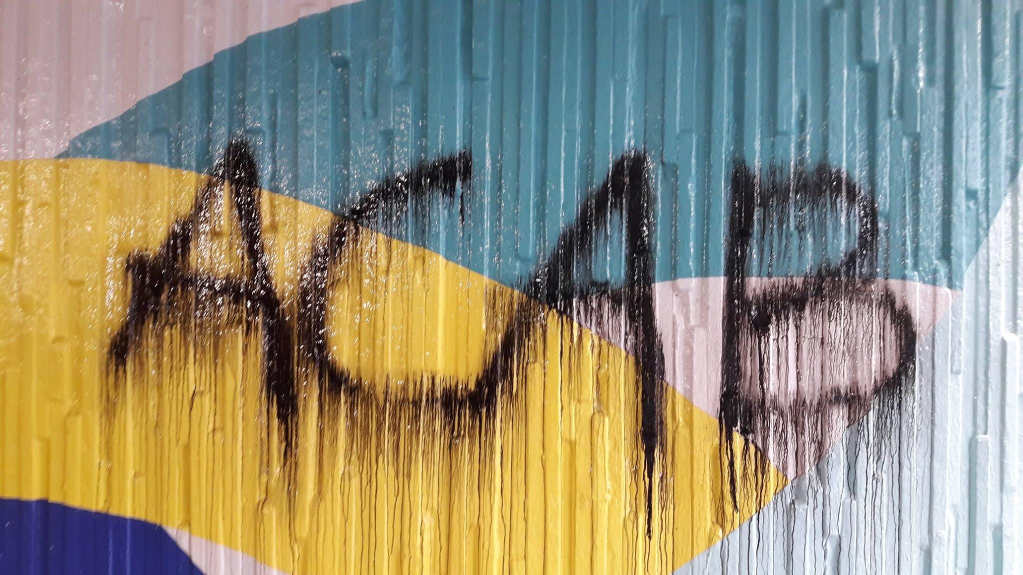 Die Graffiti Attacke wird mit einem Lösemittel eingesprüht. Sofort danach beginnt sich die Farbe zu lösen.