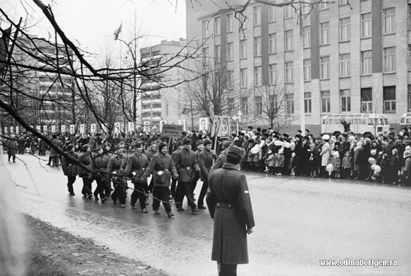 """7 ноября 1975 года. Идут участники игры """"Зарница""""."""