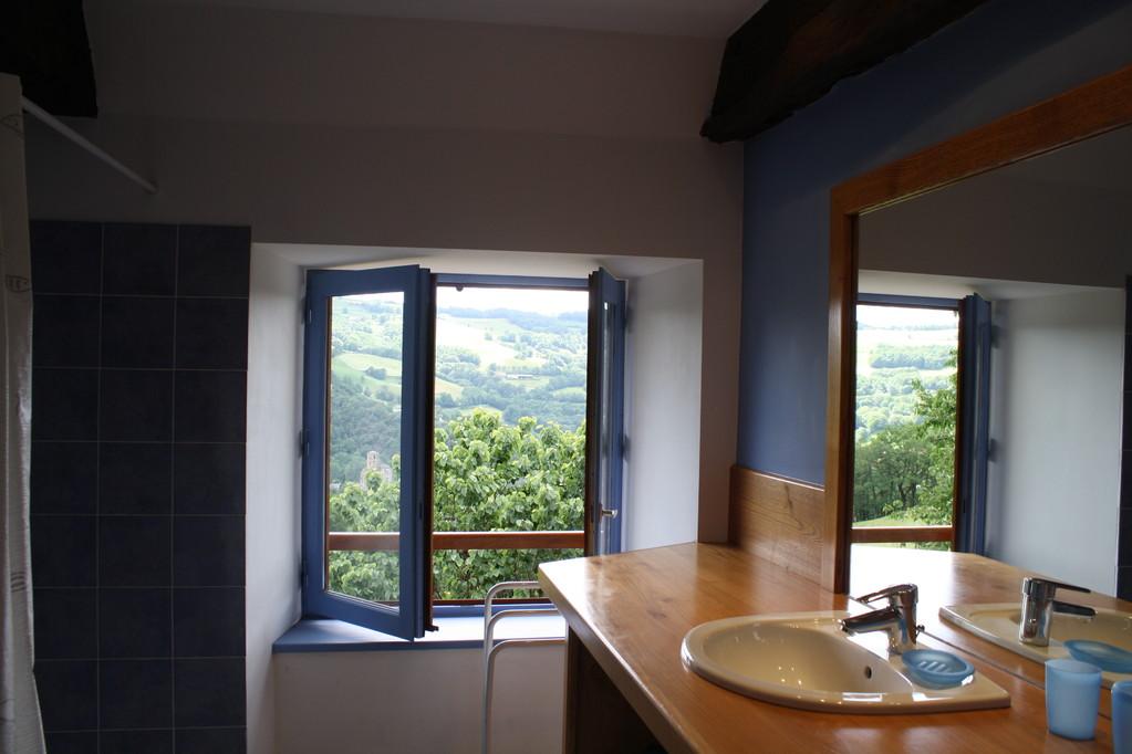 Gite la Borie à Plaisance en Aveyron : salle de bain