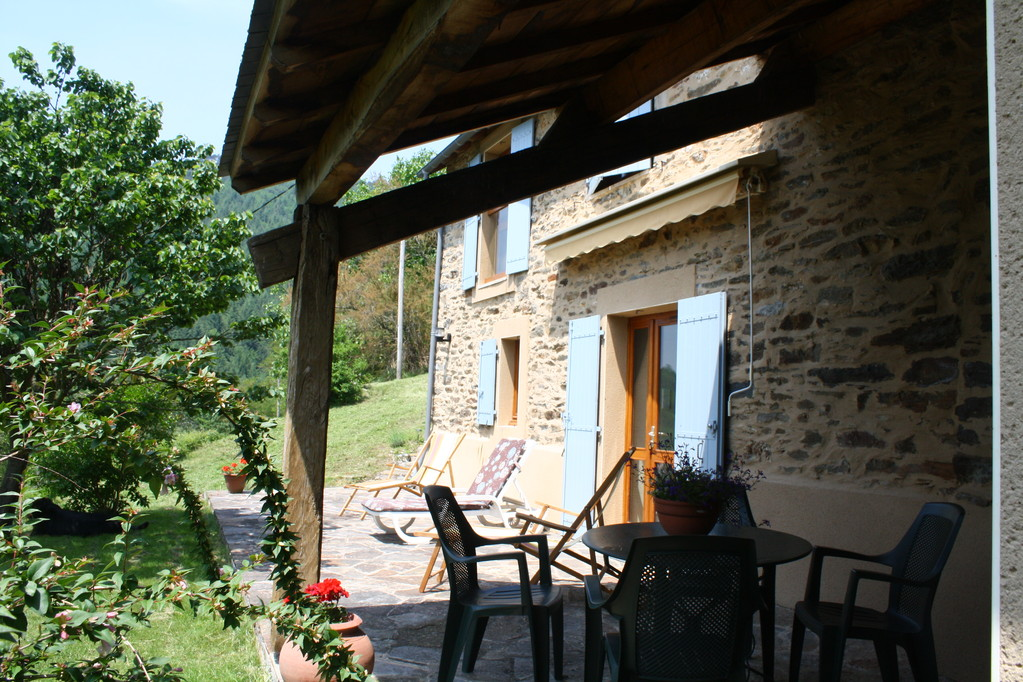 Gite la Borie à Plaisance en Aveyron : vue de l'extérieur et de la terrasse