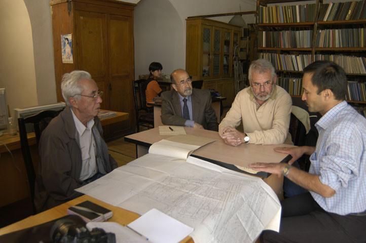 M.Sultanov, A.Billard et B.Aminov en train de discuter autour d'un plan de l'Ak Saray aux Archives du Ministère de la Culture, Tachkent (photo : M.Schvoerer, 2008)