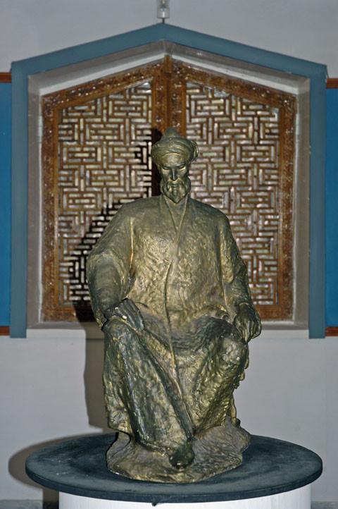 Statue en bronze représentant Ulugh Beg (photo : C.Ollagnier, 2008)