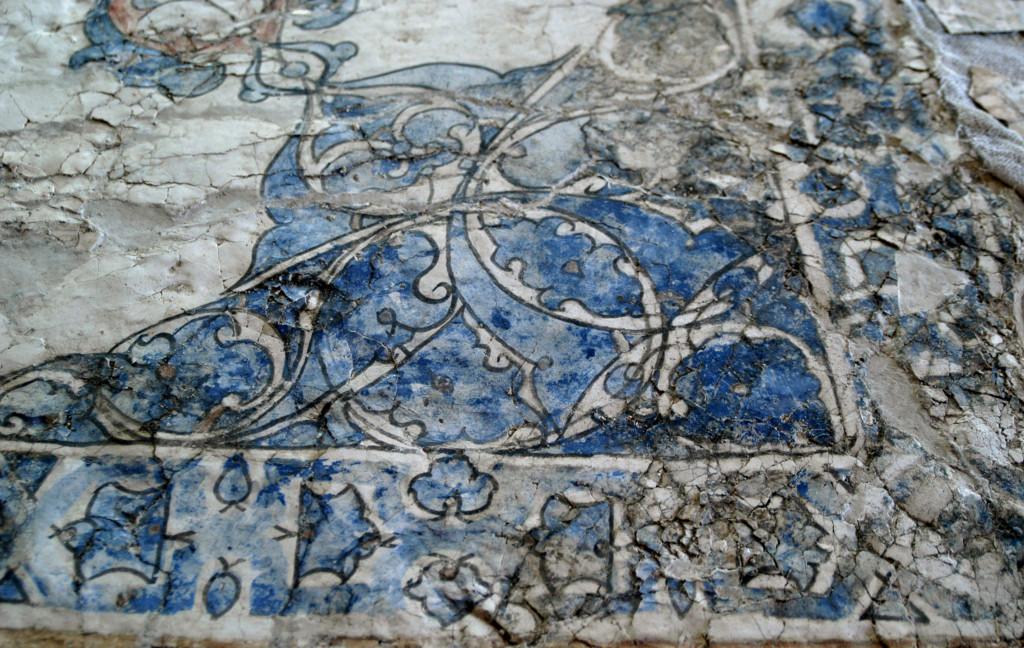 Peinture murale figurant des rinceaux (VII-VIIIème s ap J.C.), en cours de restauration à l'Institut d'Archéologie de Samarcande (photo : M.Schvoerer, 2008)