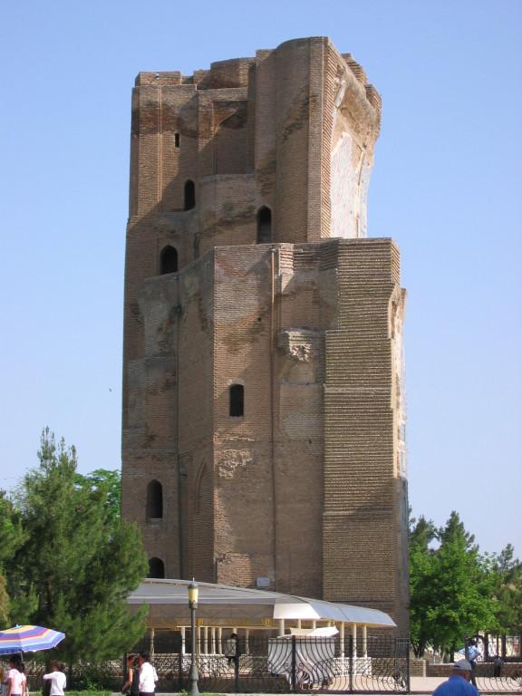 Pylône Ouest vu depuis la face Sud du portail de l'Ak Saray (Shahrisabz, Fin XIII-début XIVème s ap J.C.) (photo : A.Billard, 2008)