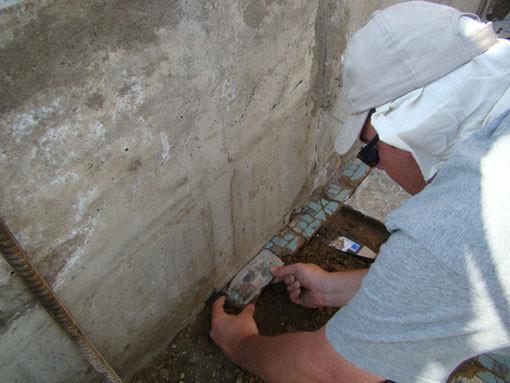 Des carreaux ont du être retirés des maçonneries datant de l'emménagement de jardin (1995-1996) (Socra, 2012)