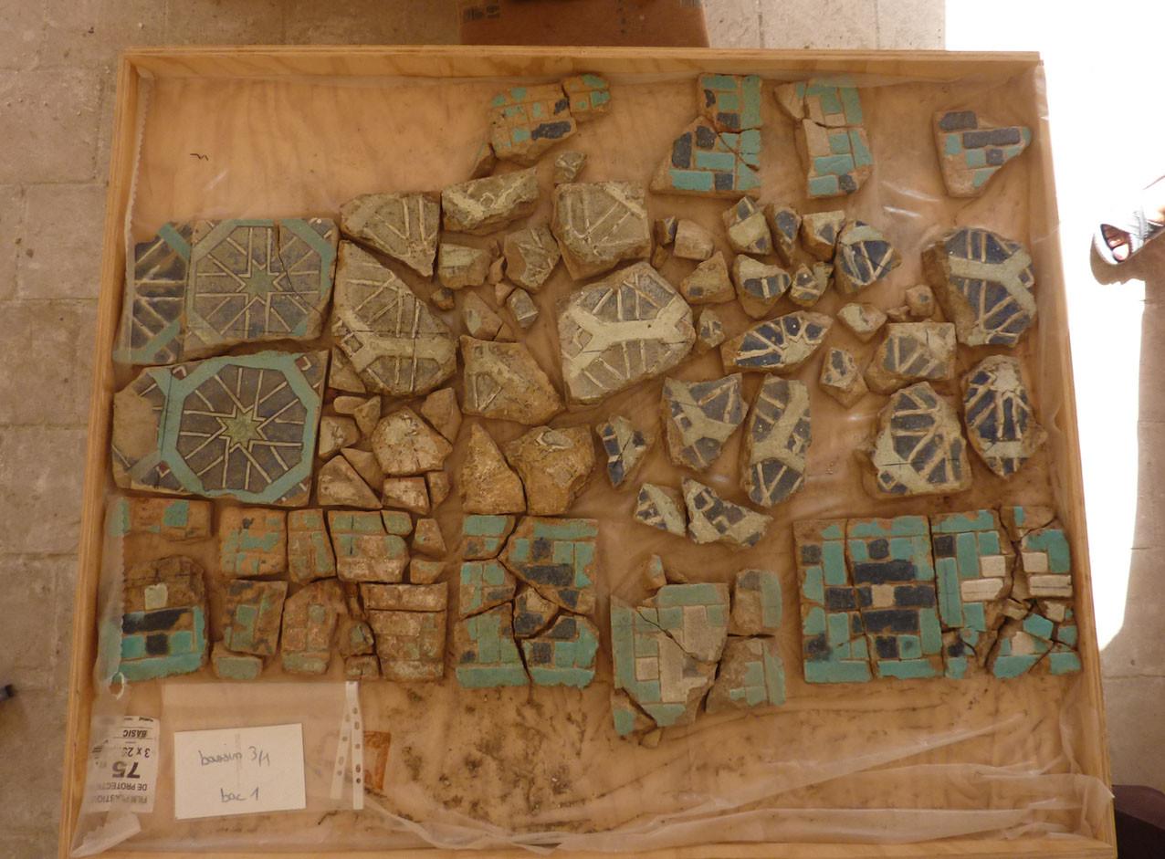 Bac après désentoilage et lavage. De nombreux carreaux sont très fragmentés (Socra, 2012)