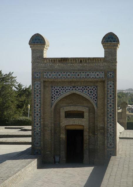 Entrée actuel de l'observatoire d'Ulugh beg menant à la partie conservée du sextan (photo : C.Ollagnier, 2008)