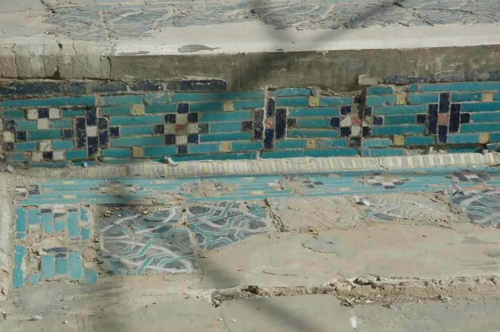 Carreaux de céramique glaçurée à décor polychrome (bleu clair et foncé, blanc, jaune et rouge) avec ou sans relief, ornant les bordures des bassins de l'Ak Saray. (photo : M.Schvoerer, 2008)