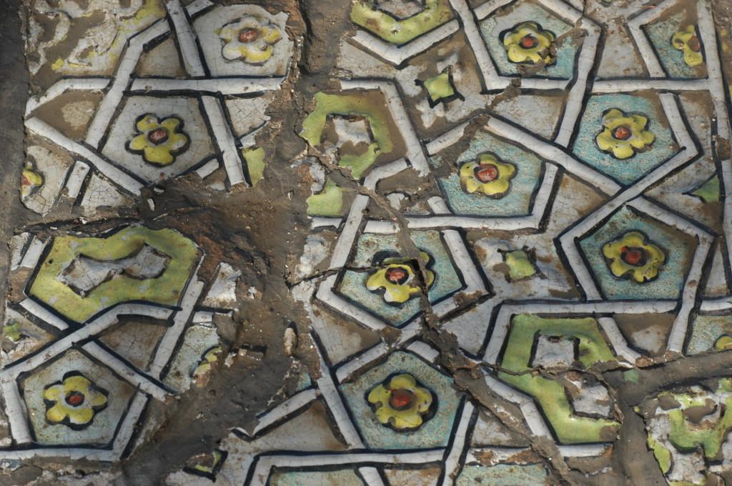 Détail du carreau précédent. Les reliefs moulés et les couleurs (bleu clair, vert clair, jaune et rouge) participent à part égales à la réalisation du décor (photo : C.Ollagnier, 2008)