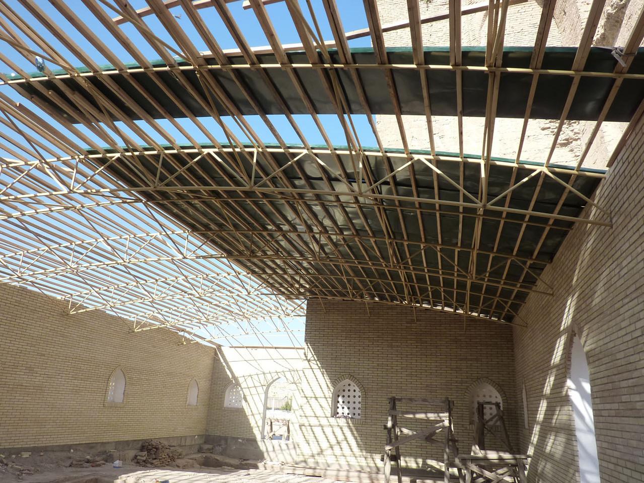 Un bardage de bois a été posé puis couvert de tôles de métal ondulé (Socra, 2012)