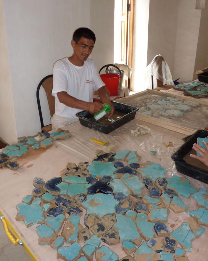 Les carreaux lavés sont ensuite remis dans leur position d'origine dans le bac (Socra, 2012)