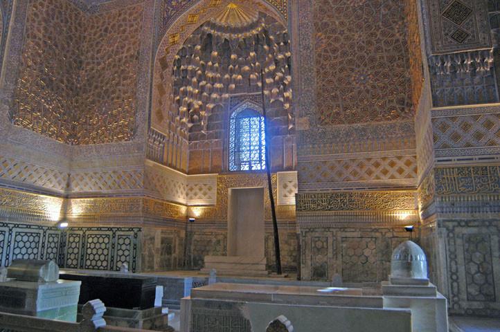 Intérieur de la salle principale du Gour Emir abritant les cénotaphes des Timourides (photo : A.Billard, 2008)