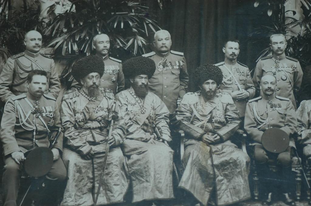 Khan de Khiva et ses officiers, époque non déterminée (probablement fin du XIXème s ap J.C.) Musée de l'Ancien Khorezm (photo : M.Schvoerer, 2008)