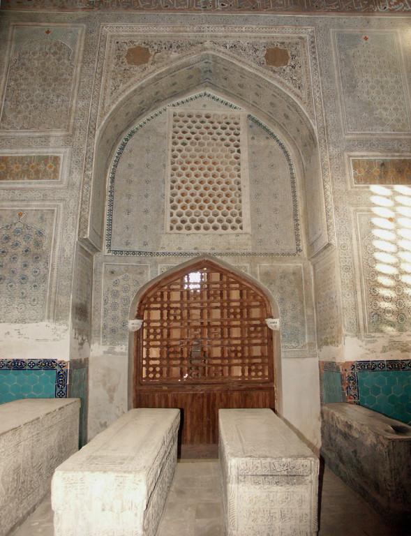 Intérieur de l'un des deux mausolées de l'ensemble Dorut-Tilavat, construit sous les ordres de Timur pour abriter les corps de saints locaux (photo : A.Billard, 2008)