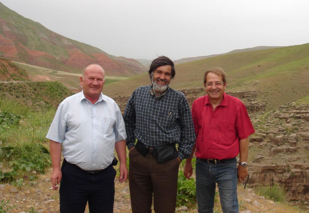De G à D : Ravchan Kodirov, Miguel Calado et Pierre Bergoin devant des carrières de pierre au nord de Shahrisabz (photo : M.Schvoerer, 2007)