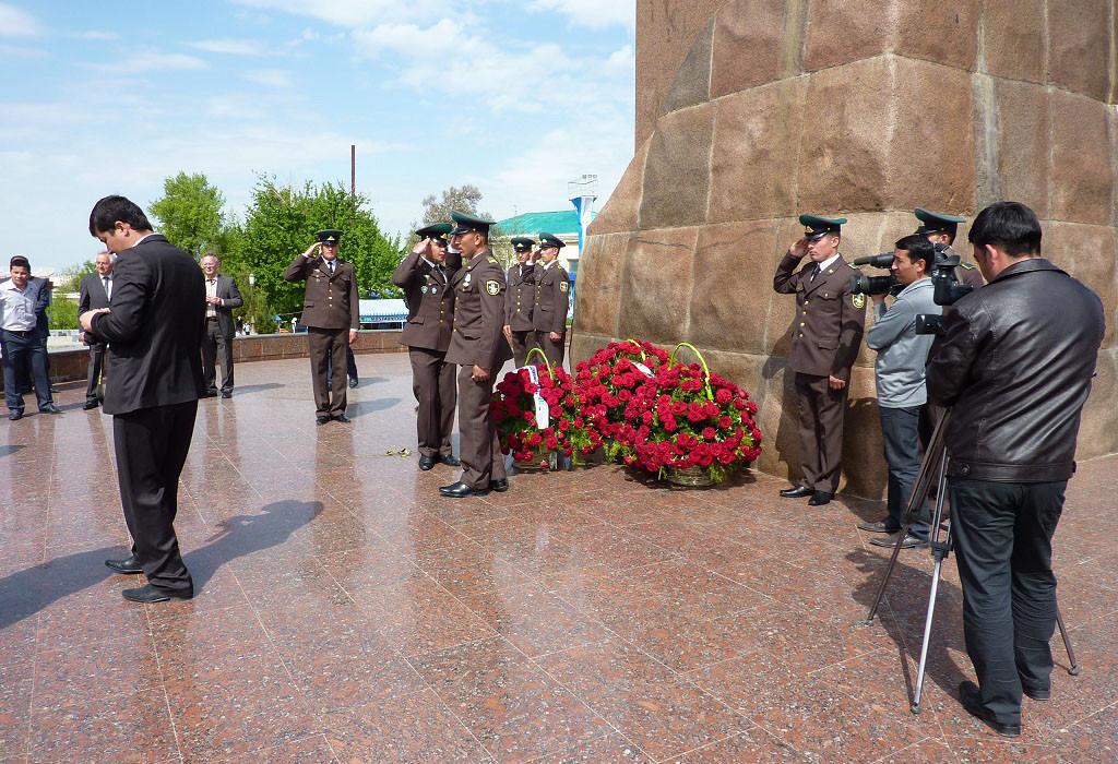 Dépôt de gerbes de roses au pied de la statue de Timour (Socra, 2012)