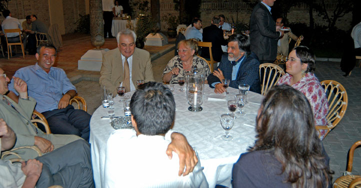 Réception à l'Ambassade en mai 2007. Groupe PACT et Mr Jean-Bernard Harth, Ambassadeur de France à Tachkent en 2007 (photo : M.Schvoerer, 2007)