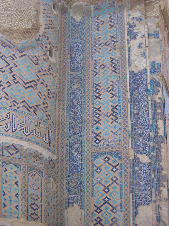 Détail du décor de céramiques glaçurées du pylône Est de la face nord du portail de l'Ak Saray  (Shahrisabz, Fin XIII-début XIVème s ap J.C.) (photo : C.Ollagnier, 2007)