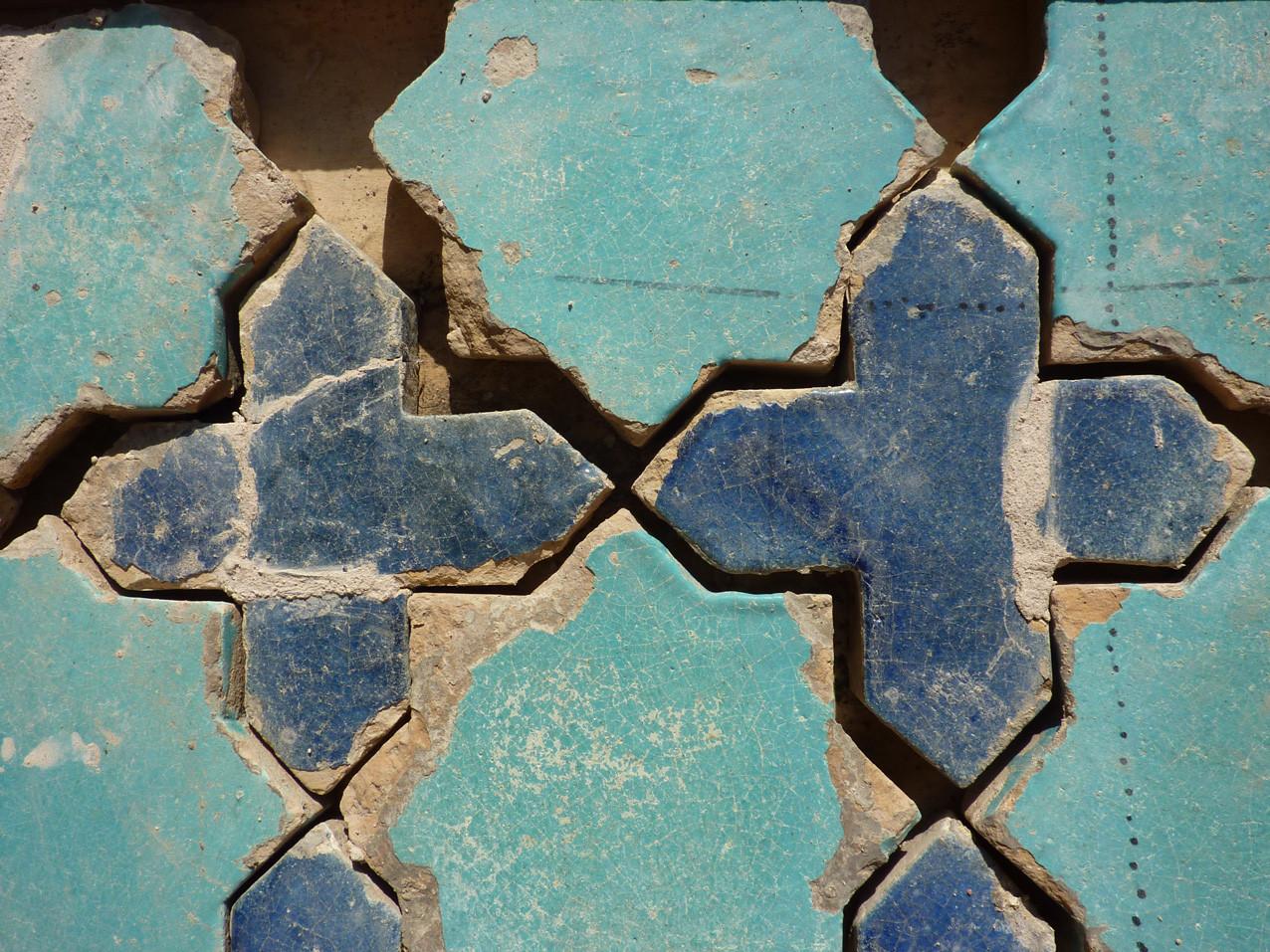 Le ragréage beige clair est visible au niveau des branches des croix bleues (Socra, 2012)