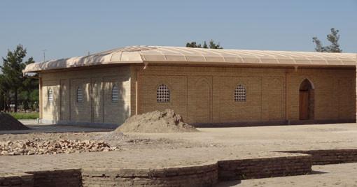Vue du bâtiment depuis un angle avec toit achevé et peint (Socra, 2013)