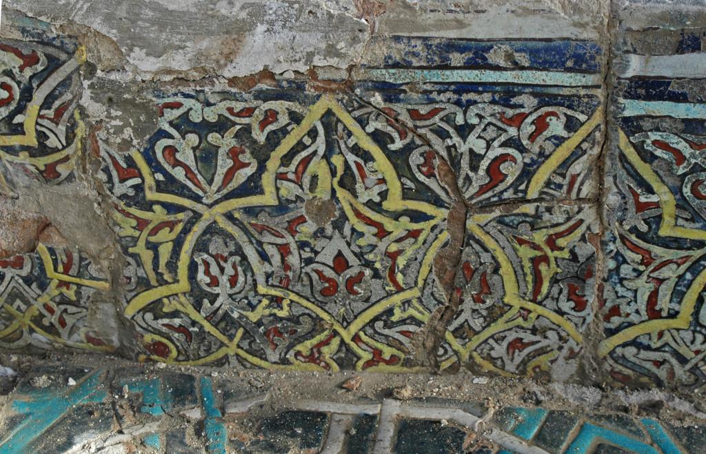 Carreaux de céramique glaçurée à décor polychrome (bleu clair et foncé, blanc, rouge, jaune et noir)  ornant les parois verticales des bassins de l'Ak Saray. (photo : M.Schvoerer, 2008)