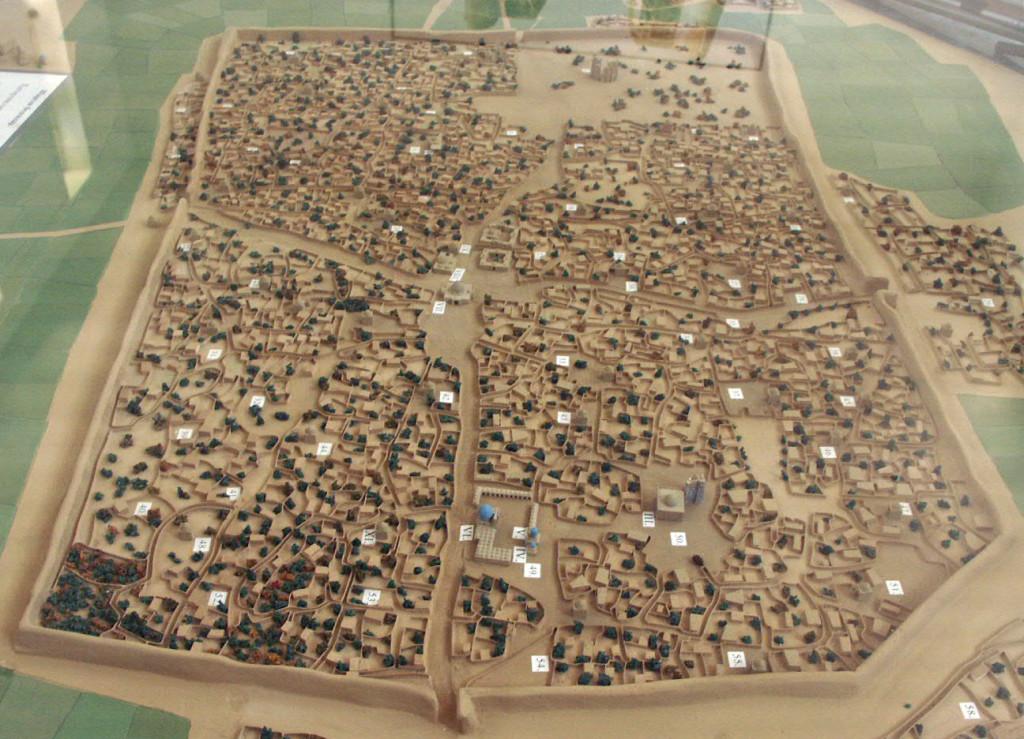 Plan en relief de la ville de Shahrisabz intra-muros telle qu'elle devait être à l'époque timouride. L'Ak Saray se trouve dans l'angle nord est (photo : M.Schvoerer, 2007)
