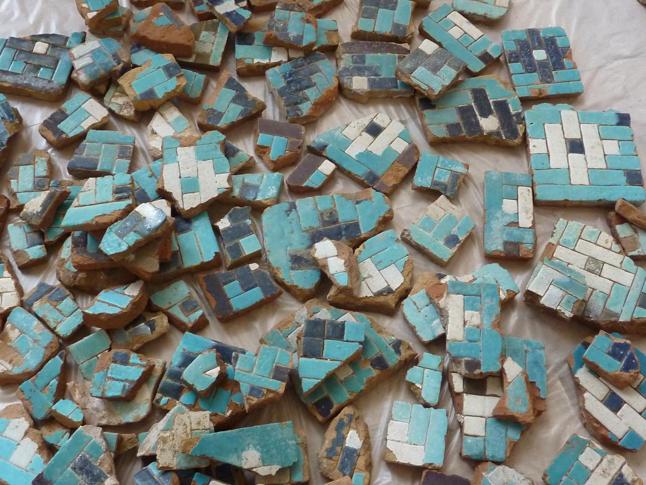 Tas de fragments d'un même type avant le début du tri. Certains ont pu être remontés et ont été intégrés au pavement (Socra, 2013)