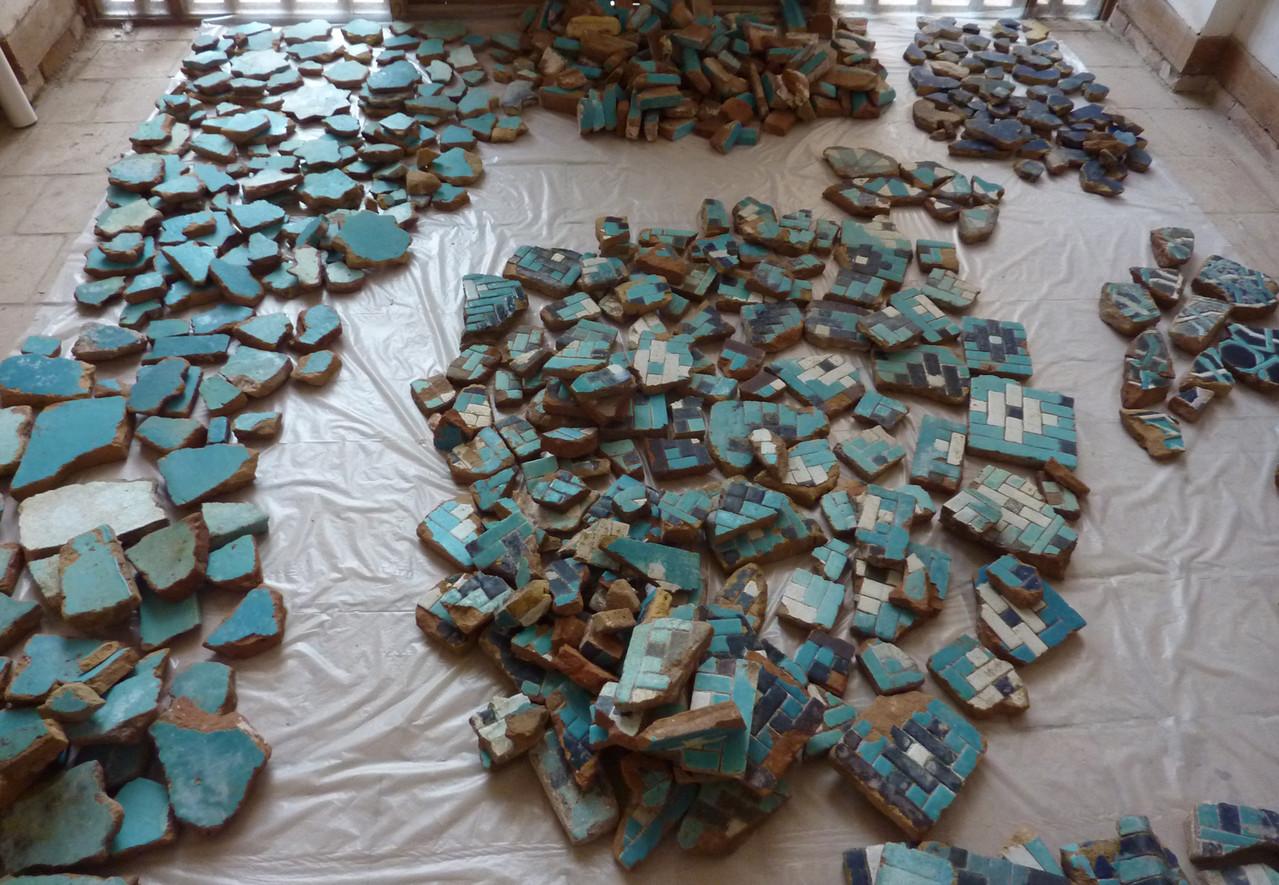 Vue des carreaux et fragments provenant des réserves de l'Ak Saray et des fouilles du pavement. Un tri a été effectué selon le type de carreau (Socra, 2013)