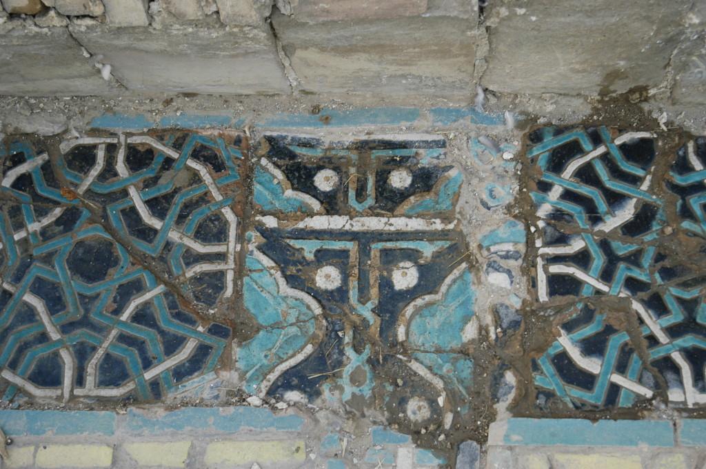 Ce carreau de céramique glaçurée à décor polychrome bleu (clair et foncé) et blanc en relief, placé dans un des bassins ne semble pas à sa place, coincé entre deux grands carreaux dont les motifs sont très différents (photo : M.Schvoerer, 2008)
