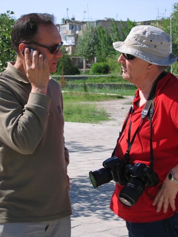 Ing Shukrat Ganiev et Max Schvoerer en discussion devant un mausolée de Bukhara (photo : C.Ollagnier, 2007)