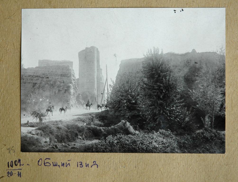 Photo de l'enceinte de Shahrisabz et de l'Ak Saray dans leur état de 1944, conservée aux Archives du Ministère de la Culture Ouzbek à Tachkent (photo : C.Ollagnier, 2008)