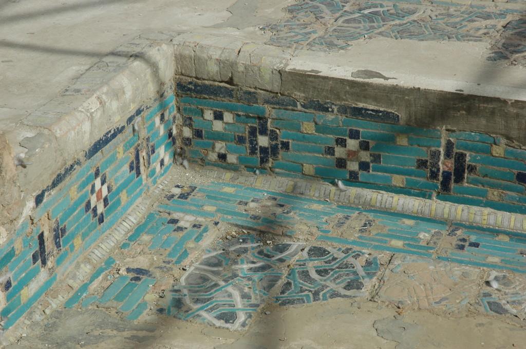 Coin à angle droit de l'un des bassins de l'Ak Saray, orné de carreaux de céramique glaçurée à décor polychrome (bleu clair et foncé, blanc, jaune et rouge). (photo : M.Schvoerer, 2008)