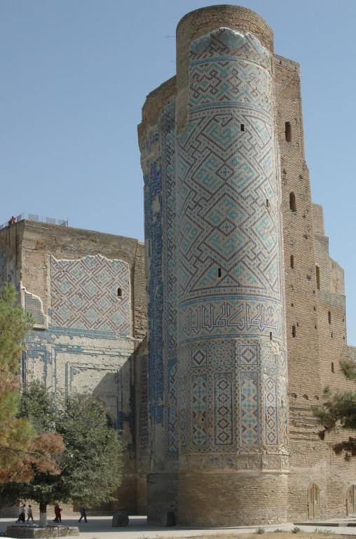 Pylône Ouest de la face nord du portail de l'Ak Saray comportant encore son parement de carreaux de céramique glaçurée (Shahrisabz, Fin XIII-début XIVème s ap J.C.) (photo : A.Billard, 2008)