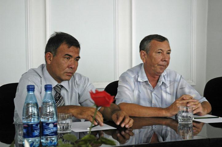Réunion à l'Académie avec de gauche à droite : Nabi Kushvaktov (directeur du musée de Shahrisabz) et Pr. Anatole Sagduallev (directeur du Centre de la Nouvelle Histoire de l'académie) (photo : C.Ollagnier, 2008)