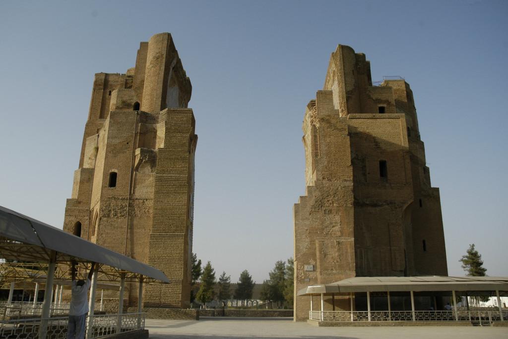 Face Sud des pylônes du portail de l'Ak Saray (Shahrisabz, Fin XIII-début XIVème s ap J.C.) Sous les toits en plastique se trouvent les pavements de carreaux glaçurés (photo : C.Ollagnier, 2008)