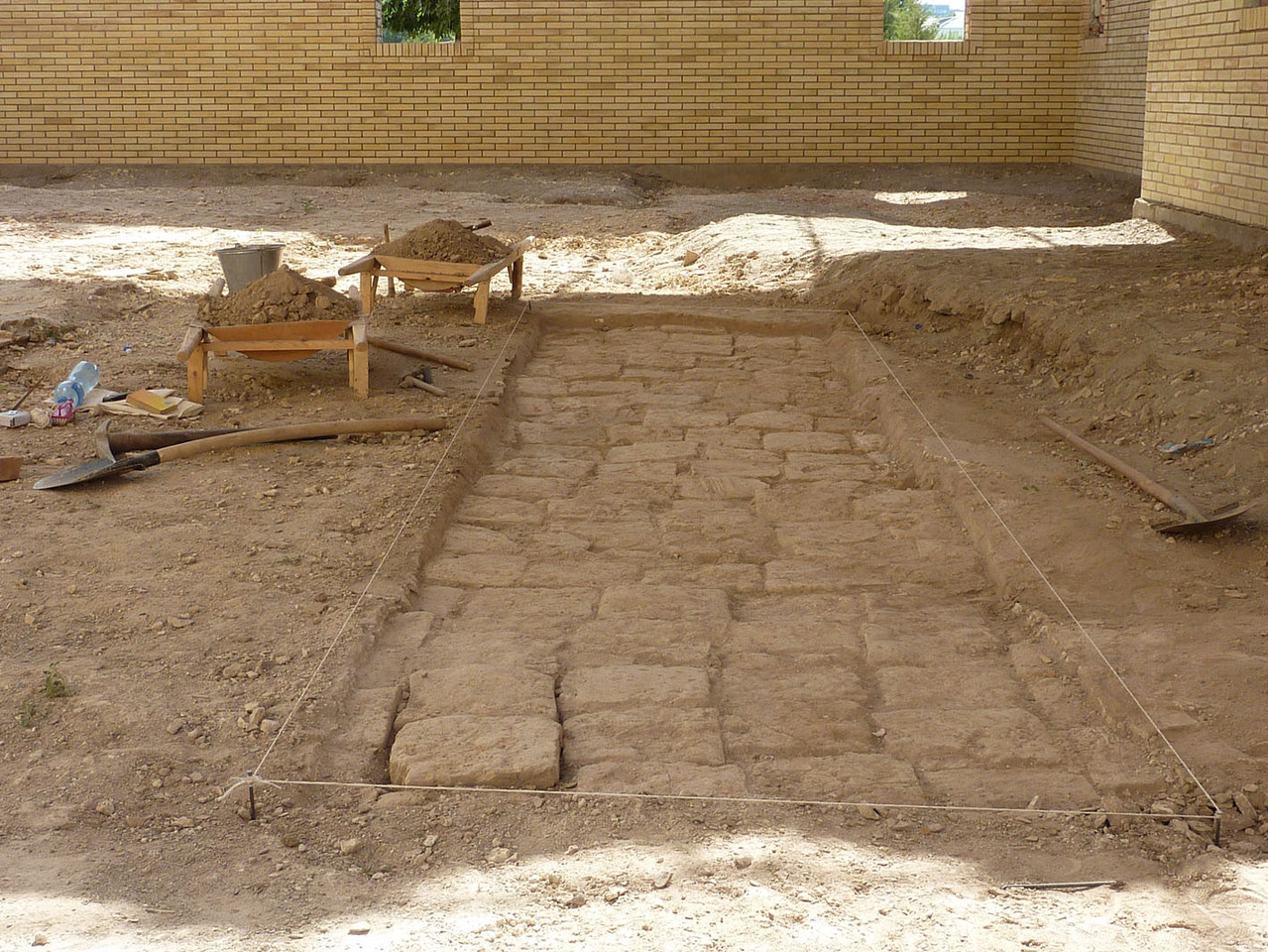Lors du décapage de surface de la 2ème tranchée, un pavement de terre cuite a été dégagé. Peut être servait il à rehausser le sol (Socra, 2012)