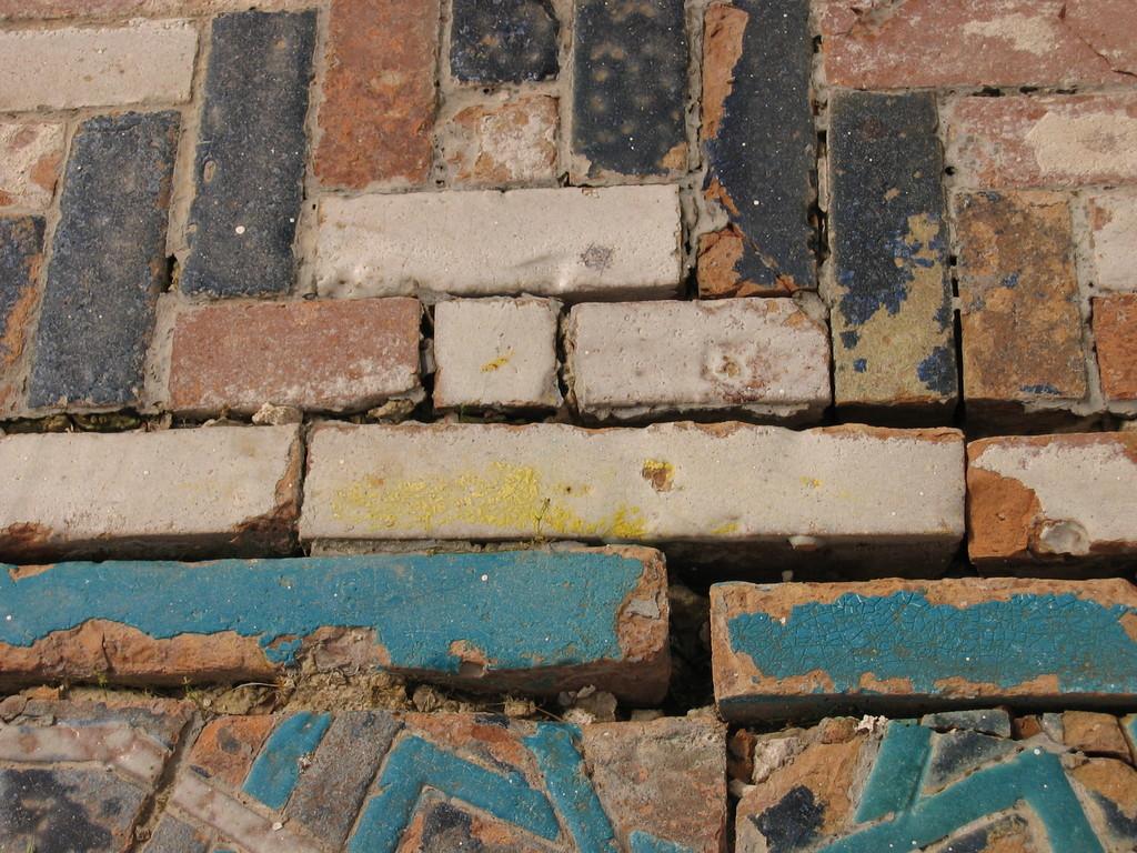 Détail d'un tapis de bannai'. Les mortiers se disloquent et les glaçures s'altèrent (photo : C.Ollagnier, 2007)