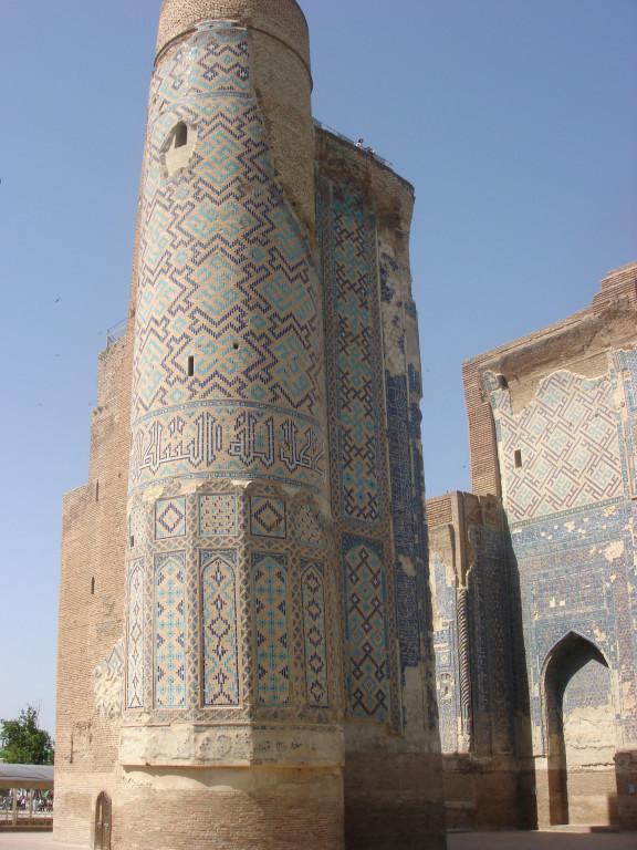 Pylône Est de la face nord du portail de l'Ak Saray comportant encore son parement de carreaux de céramique glaçurée (Shahrisabz, Fin XIII-début XIVème s ap J.C.) (photo : M.Schvoerer, 2008)