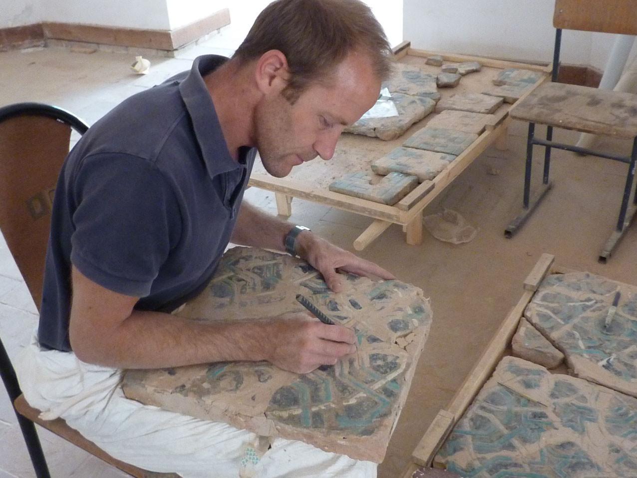 Gravure des motifs dans le ragréage d'un grand carreau (Socra, 2012)