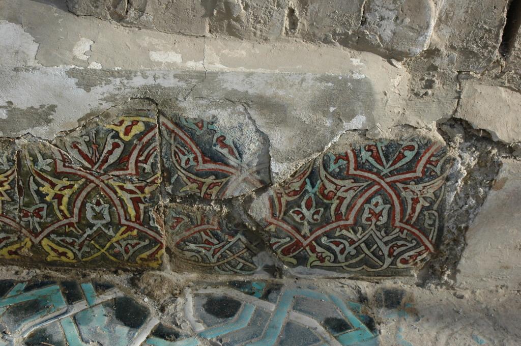 Détail de fragments de carreaux de céramique glaçurée des parois verticales des bassins de l'Ak Saray. Certaines couleurs se sont altérées et ne sont presque plus visibles (bleu clair à gauche, jaune à droite) (photo : M.Schvoerer, 2008)