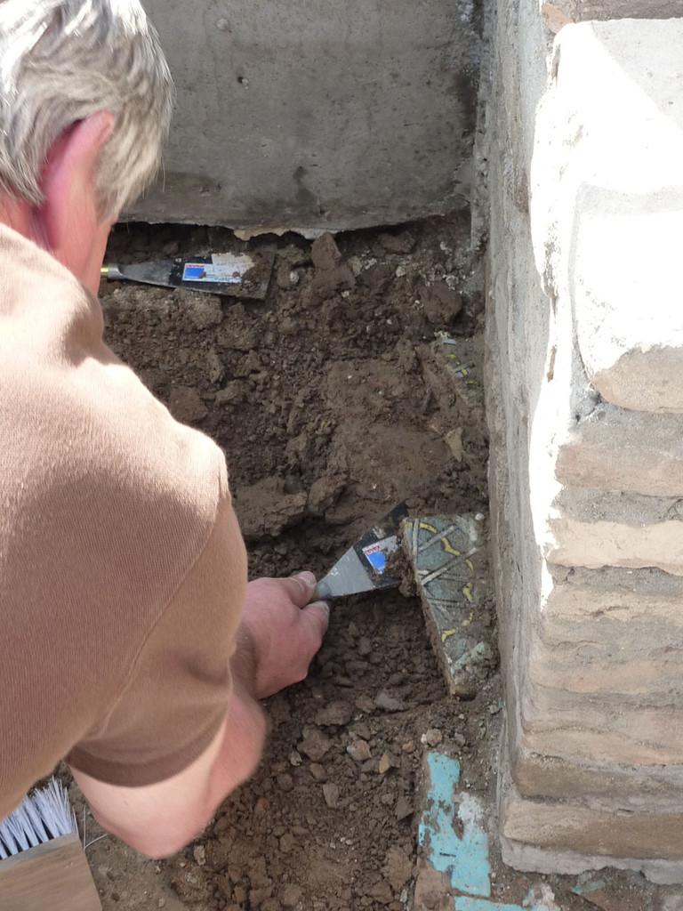 Certains carreaux ont du être retirés des maçonneries datant de l'emménagement de jardin (1995-1996) (Socra, 2012)